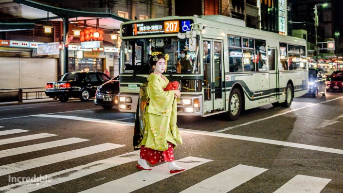Maiko (舞妓) walking in Gion (祇園)